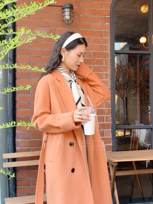 #双11梨妹福音:中长外套低价入!# 米色的长款毛衣裙 搭配橘色长款大衣~ 橘色大衣在冬天穿有一种暖洋洋的感觉 非常好看 搭配一个丝巾 给脖子上增加一些元素 大衣是双排扣的一个设计 H的版型 很遮肉 鞋子的话搭配一个白色的靴子 整体非常保暖又很好看
