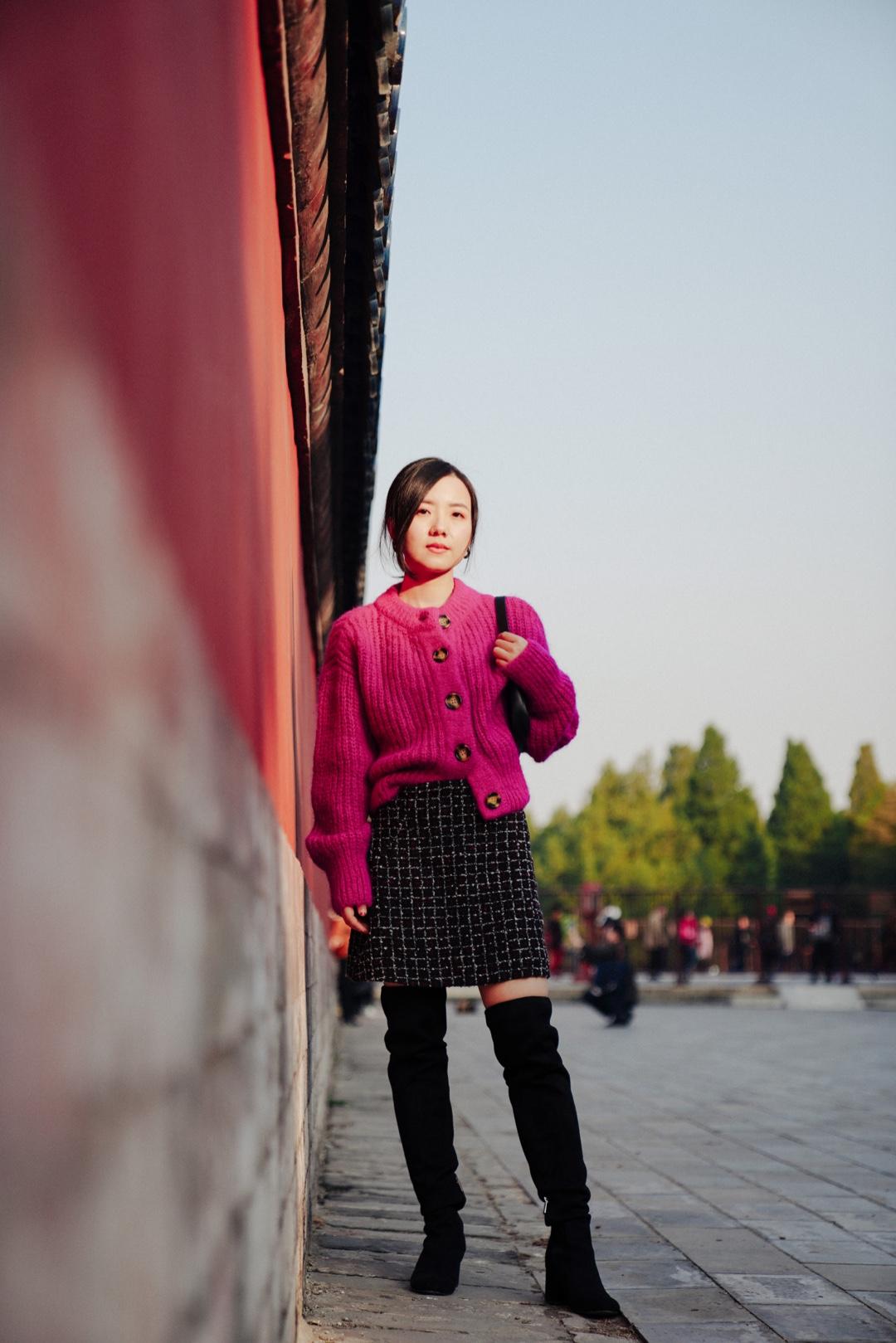 浓郁的紫红色做成毛绒绒的针织衫,搭配半裙和过膝靴,是富有天真女人味的感觉。  针织开衫:hm 半裙:mango 靴子:sam edelman 包:by far #双十一轻熟风毛衣list#