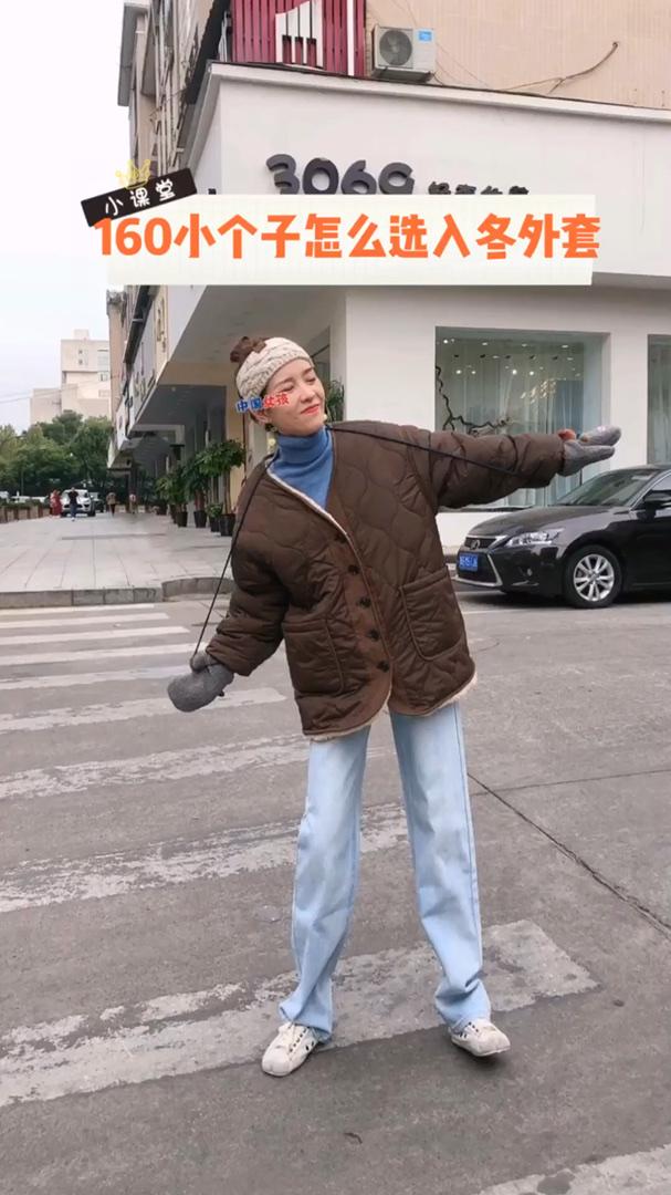 #双11,过冬毛绒绒必囤榜!# 高颜值棉服推荐 都是带有羊羔毛内里的哦 特别棒 hin百搭 落肩外套 宽松版 这一款是里面具有厚厚的羊羔毛的 酷酷的清新女孩必入款呀! 两个口袋也是安排了羊羔的内衬 暖暖必备! 搭配了简约的牛仔裤 韩系girl就是你了!