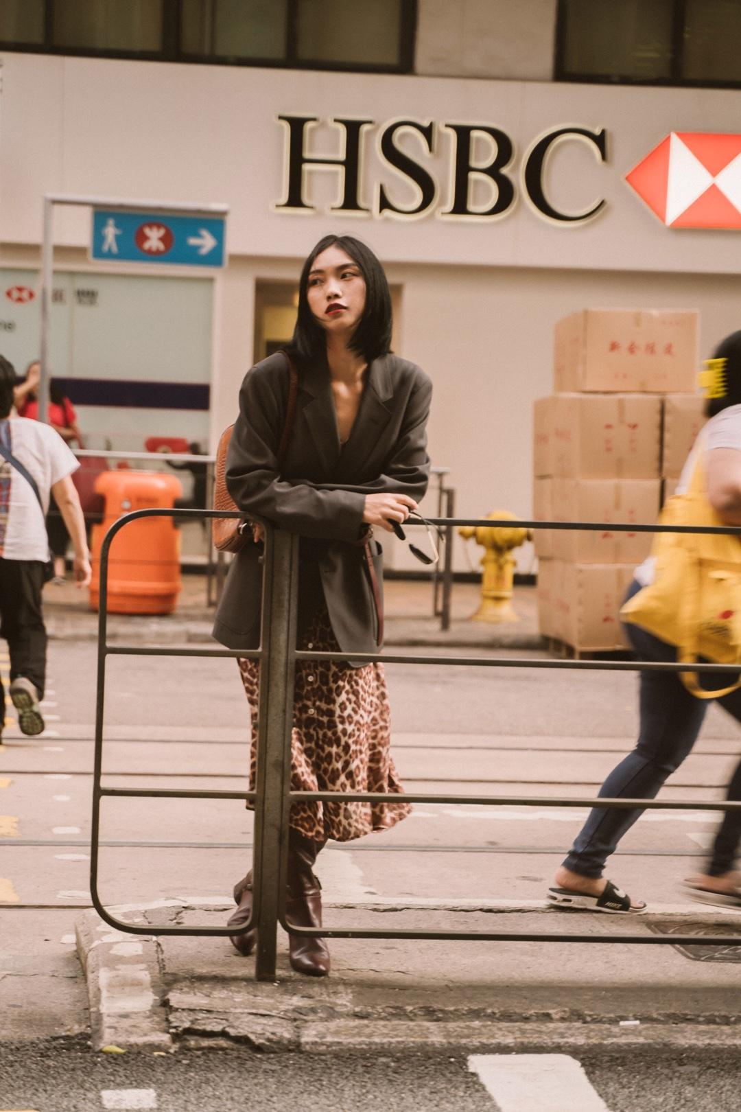 夏季的连衣裙也可以在秋冬天利用起来喔,在外面套上毛衣、大衣、西装外套都行,加上一跟腰带突出腰线位置,身材比例看起来不要太好啦~再配上一双过膝靴,保暖的同时,还能增加时髦度~#双11全网超值女神套装!#