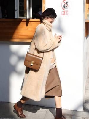 这件羊羔毛外套版型宽松,穿着舒适防风保暖,柔软贴肤,皮衣风格,更有时尚特点,不会显得特别单调。#惊!双11这些棉服低至半价!#