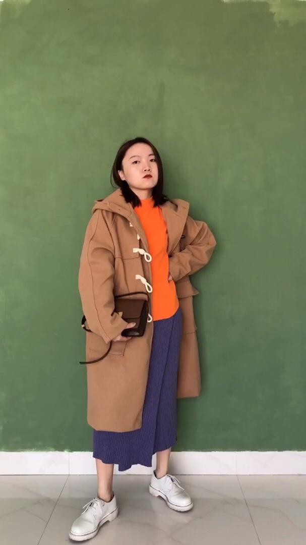 大家好,今天给大家分享一套双十一爆款网红套装~橘色的内搭很带动整体的颜色,同样的款式还有很多种颜色可以选择,单穿或是当内搭都很好看.这件牛角扣大衣也是特别推荐的款式,牛角扣元素一直都很流行,可以看见它的面料非常厚实.前边有两个大口袋的设计,天冷了可以暖暖手~下半身搭配了紫色的半身裙,不规则设计若隐若现 #双11网红爆款套装榜单!#