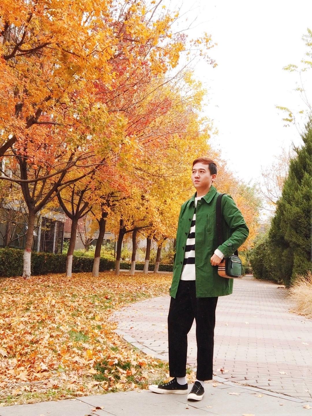 发誓再不买绿色衣服了,尤其是墨绿,难搭,只能配单调无趣的黑白色。 秋天,北京的树是一年中最美的,红色or金色都超级美,今天大阴天拍照也很好看。 衣服:undershift 裤子:gu 小包:burberry  #秋季Look#