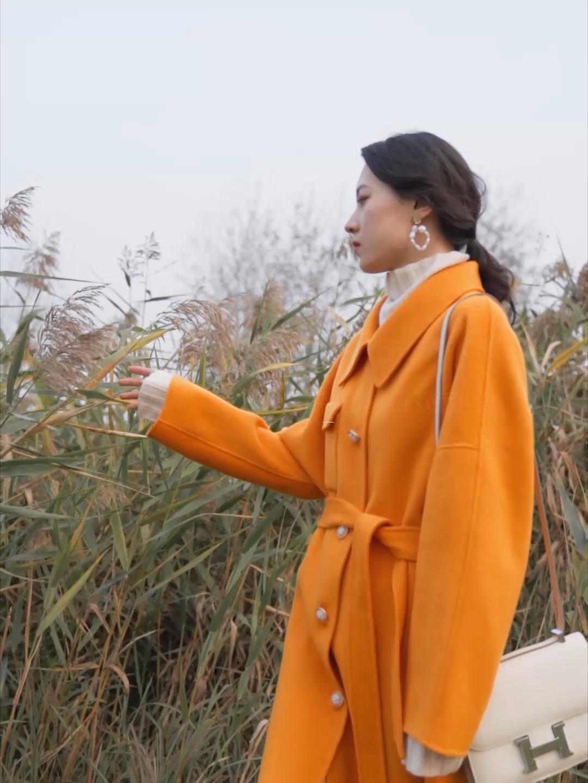 #双11热卖top3爆款出炉!# 橘色的羊绒大衣 冬天里的亮色系 非常显眼 但又很温柔 搭配米色的针织上衣和针织半裙 很协调 为了不增加更多的颜色 所以搭配了单肩背的爱马仕包包~ 非常协调的颜色 很好看