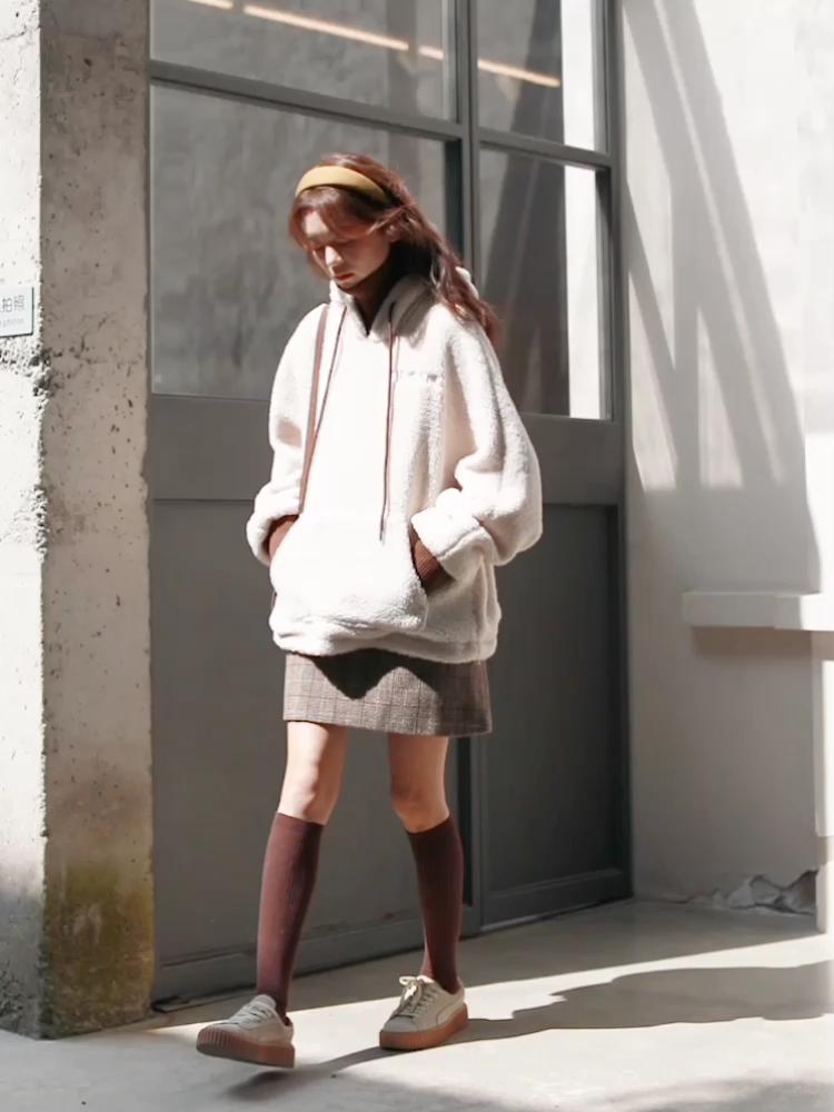 #冬日光腿神技我教你!#女生对毛绒绒本就没有抵抗力😍,全羊羔绒面料可爱超标😋,小宽松版型对身材不限💫制,领口袖口做了假两件效果💞,细节丰富,视觉上更有层次感🍃,搭配一款小A字裙就可以美美的出门啦~🌸
