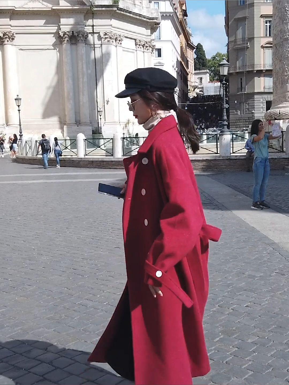 #冬日约会穿搭,一眼就惊艳!#亮色系外套可以让你在萧瑟的秋冬自成一道亮丽的风景诺~这款威尼斯红就很可,红的大气而不艳俗,轻轻松松穿出大气场。气质的翻领修饰颈部,黑色亮面纽扣也能起到点缀装饰的作用,丰富外套的造型感。简约风的版型,也是很好搭配的哦,黑色针织裙、米色针织衫与牛仔裤....只要颜色不冲突这款呢外套就能让你惊艳~