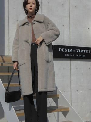 """从现在开始,长款的绒毛大衣就要备起来了 VV:身高167cm,體重45kg,試穿S碼&均碼 LOOK:中长外套真的是既保暖又有气场这款是很舒适且暖和的皮毛一体面料是含有羊毛成分的,所以保暖性很好胸前有两个皮搭扣,可以扣起来穿,很精致中长的版型很适合梨形身材的小姐姐们身前还有两个大口袋,方便装一些小物件 秋高气爽,自然是少不了高领单品啦这款堆堆领的T恤就是我们精心挑选的啦面料是很柔软的触感,上身很舒适领子的高度也是精心设计的,堆堆领穿着很时髦整体是直筒版型,不会太贴身所以单穿也没问题,不用担心透肉哦打底当然也是非常合适的,风衣或者马甲都很不错 简约的纯色裤子基本是人手bi备的吧经典的黑白色,非常百搭裤子的面料很有质感,透气舒服直筒版型,休闲中还带着一股干练的范儿上衣搭配衬衫或者T恤都是很不错的选择#冷冷冷,冬季暖宝宝""""穿""""上身#"""