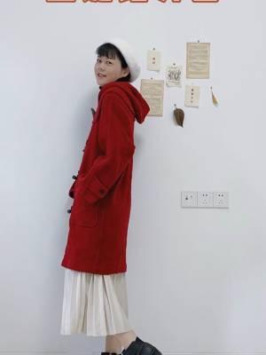 红色的牛角扣大衣。 连帽的设计让其更加的减龄喔。 搭配米白色的半裙和白色帽子,色系的对比度撞色很抢眼。 而且这颜色的外套也是非常适合接下来即将来临的圣诞节约会穿搭啦。 #冬日约会穿搭,一眼就惊艳!#