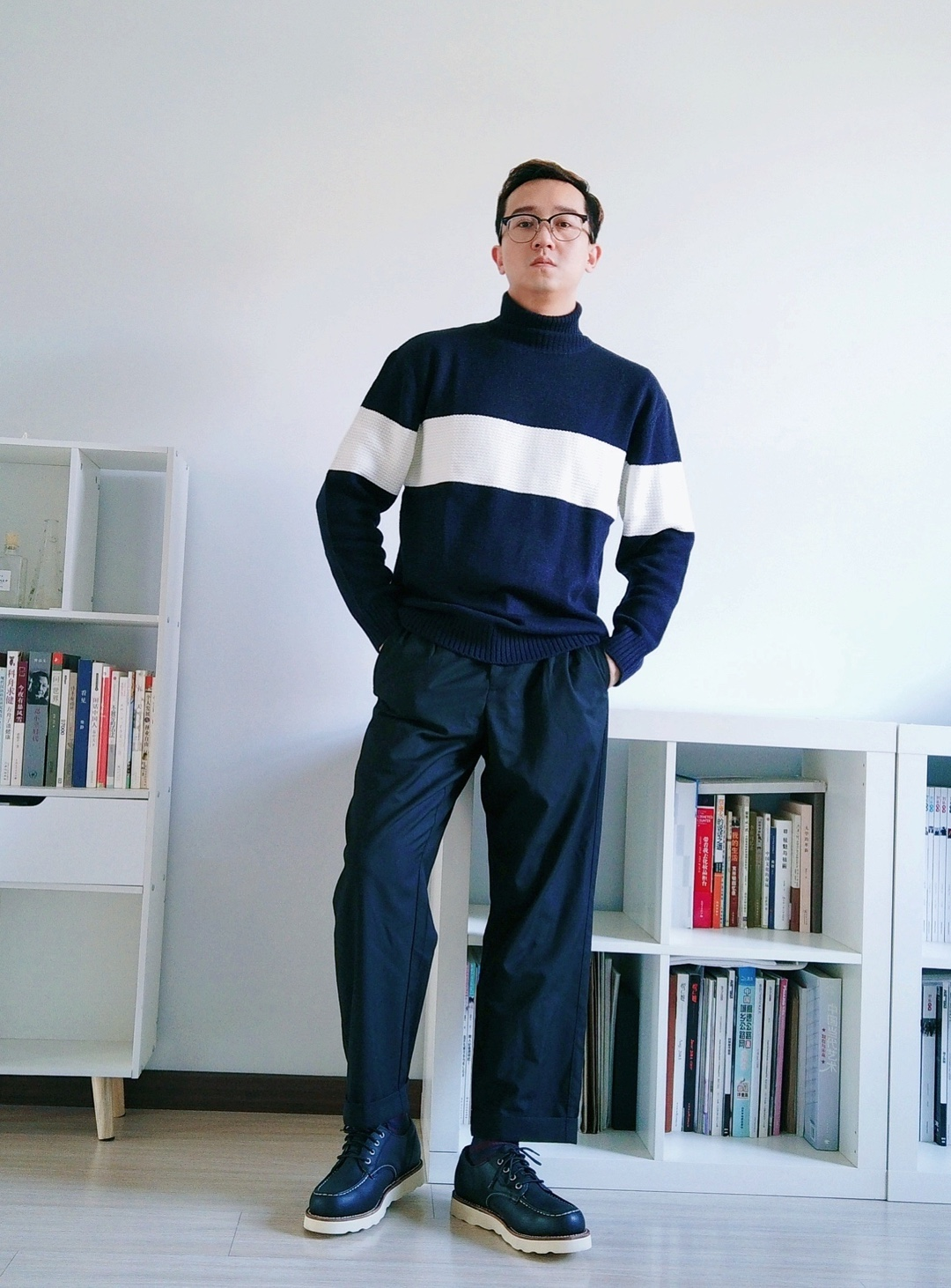 蓝色白条高领衫,优衣库GU极优的,这牌子针织和毛衫穿上都很好看,高领衫特别适合搭大衣。 优衣库和极优两牌子区别,GU的更年轻活泼,有很多条纹、织花、oversize的设计;优衣库的打底衫更正式一些,适合上班穿。#冬日必备#