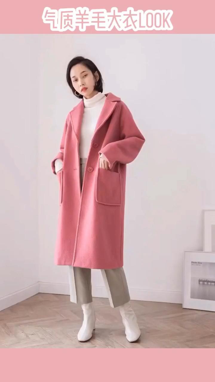 """#冷冷冷,冬季暖宝宝""""穿""""上身# 如何同时拥有气场和温柔?答案是,把温柔的颜色放进有气场的款式里。品质上乘的羊毛大衣,采用日本进口90%细羊毛,手感非常柔软,表层带有细腻的绒毛感,而且毡化工艺让面料更加紧实。舒服压风、轻盈保暖。内里加入了衬布设计。 此外大衣采用手工缝制,藏针式的手法,所以衣服外面看上去很平整,没有针脚。版型利落有气场,直筒的版型,下摆微微往里收,考究的肩袖设计,带有弧度,会让整个人的肩膀线条看起来更圆润流畅。袖筒的宽松程度刚刚好,非常垂顺,穿起来既舒服,又不会显得臃肿。领口是利落的枪驳领款式,刚好也给脖子留出空地儿戴一些饰品,亦或者是和高领毛衣做搭配也好看。两侧的口袋又宽又大,这种大线条的口袋更起到了增加设计层次感的作用。除此之外、超大号size的口袋,像是多啦a梦的百宝袋,随身装手机耳机真的戳戳有余。后身下摆小开叉设计,行走方便。 穿上身后,无论从背面、侧面看也都不会显得臃肿,选用了两颗同色系的扣子作为前襟的闭合, 每颗表面都有刻字纹理~"""