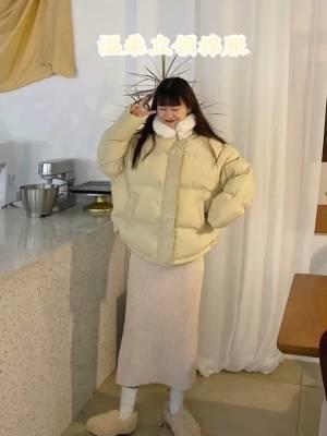 """#冷冷冷,冬季暖宝宝""""穿""""上身# 这件立领的棉服外套,甜美中有点酷酷的感觉,毛绒绒立领又显得人很可爱~ 搭配浅色系杏色针织裙太好看了~ 这一套姐妹们约会一定要安排哦~哦"""