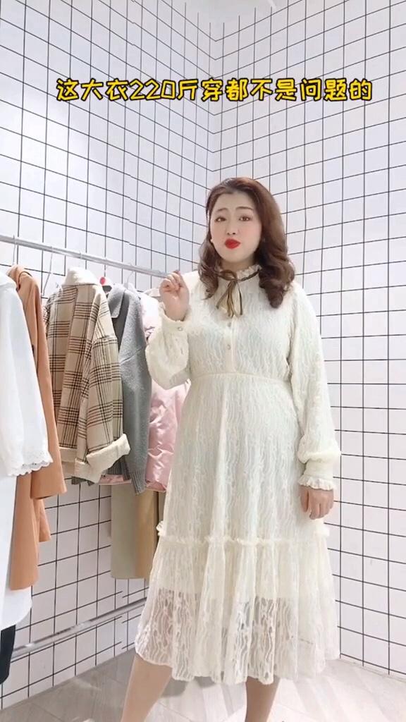 #脱单必备,拒绝单身!#  穿衣已经没有其他要求,遮肉就好……胖胖女生也能穿的一款蕾丝连衣裙,超遮肉显瘦喔!
