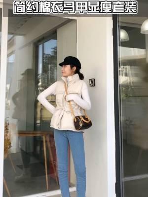 #大降温!你为过冬做了哪些准备?# 米白色高领宽松打底+蓝色小脚牛仔裤,上松下紧的搭配,可是最显瘦了,而且这样的穿搭在日常可是最常见的,外搭一件马甲米白棉服,真是温暖又显瘦,设计的棉服,更添潮感!