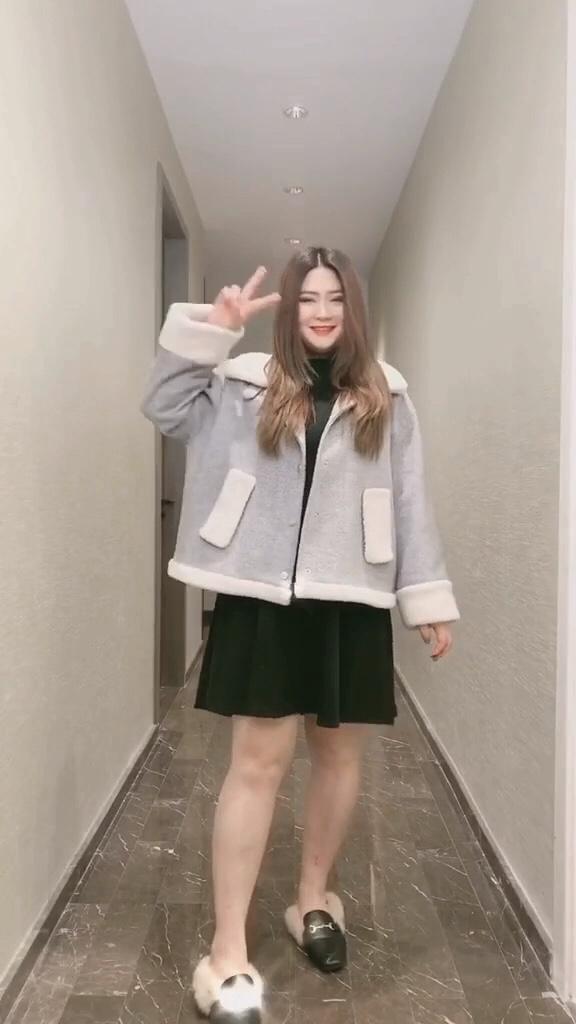 #被评为今年最保暖的外套#  如果不能给她拥抱,那就给她买件外套!微胖女生的大码搭配,超遮肉显瘦喔……