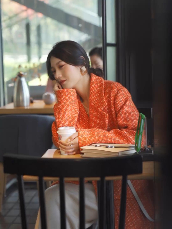 #双十一战利品开箱现场# 白色的毛衣针织裙搭配橘色的西装外套 非常别致的颜色 在冬天非常醒目 搭配白色的单肩爱马仕包包~ 这样穿的话也比较有层次感!