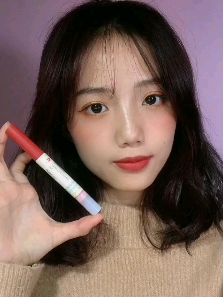 #我最爱用的口红NO.1# 希望大家可以多多关注我呀! 韩国品牌得鲜的唇膏笔也超好看 上嘴是一个很温柔日常的豆沙色 很适合素颜淡妆涂 很学生气的感觉~ 而且后面还有一个晕染头的设计