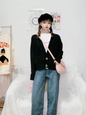 #我最成功的11.11战利品#针织开衫想必每个女生的衣柜里都有吧!内搭单穿都超级好看哦~v领的设计刚好修饰脸型,超级显瘦的啦(>^ω^<)搭配阔腿复古牛仔裤,可盐可甜哦~