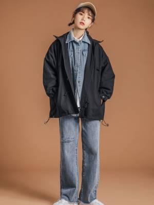 #短大衣才是今年流行款# 这个冬天要酷,一件衣服就搞定! 🤩假两件拼接风衣外套 黑色➕牛仔拼接 工装款设计,牛仔衬衫的款式 在层次感上视觉效果更佳🥳 搭配牛仔直筒裤,简直太好看了吧