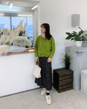 #我最成功的11.11战利品#我要吹爆了这件上衣,真的很显肤色啊,而且绿色很好看很小清新的感觉,搭配长裙子真的很好看,而且很淑女风。