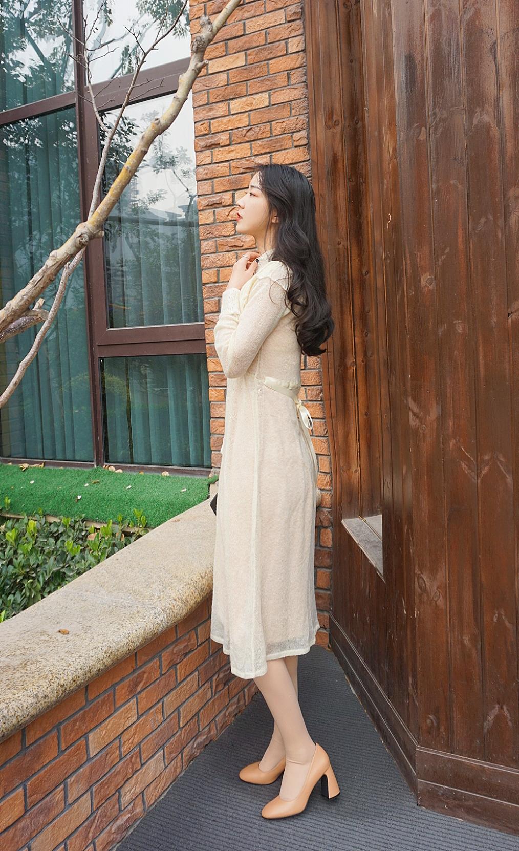 《复古针织连衣裙》娴静犹如花照水,行动好比风扶柳。