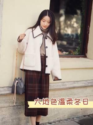 #12月第一件外套买这件!# 超级好看温柔的白色毛绒外套 搭配棕色高领羊绒衫 棕红色格纹半裙 一身特别暖的感觉! 一套「沉思chensi」