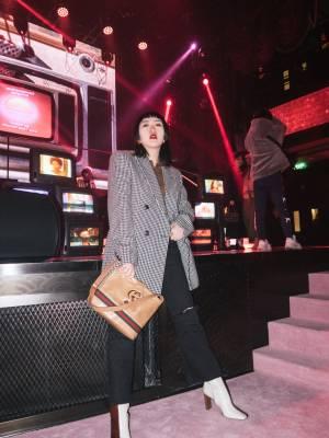参加了Gucci在百乐门举办的全新唇膏系列中国上市派对,啊,够绚丽够high~遇到了Cindy,她瘦了超级多啊! 我的这身很适合日常穿搭,穿去上班、看展览都可以。 内搭:mymymy  西装外套:ami  靴子:wandler  包:Gucci #秋冬look#