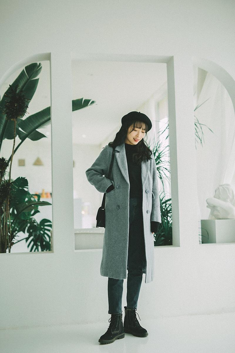 #备战双十二!这些外套必囤!# 博主158cm/43kg矮妹一只。 今日韩风chic气质小姐姐LOOK出街。🐋 这样的灰蓝大衣真的很韩风很气质,极简的搭配,气质不挑人。冬日里黑色内搭必不可少,大衣夹棉也很重要。直筒的版型,非常显瘦藏肉的搭配哦。