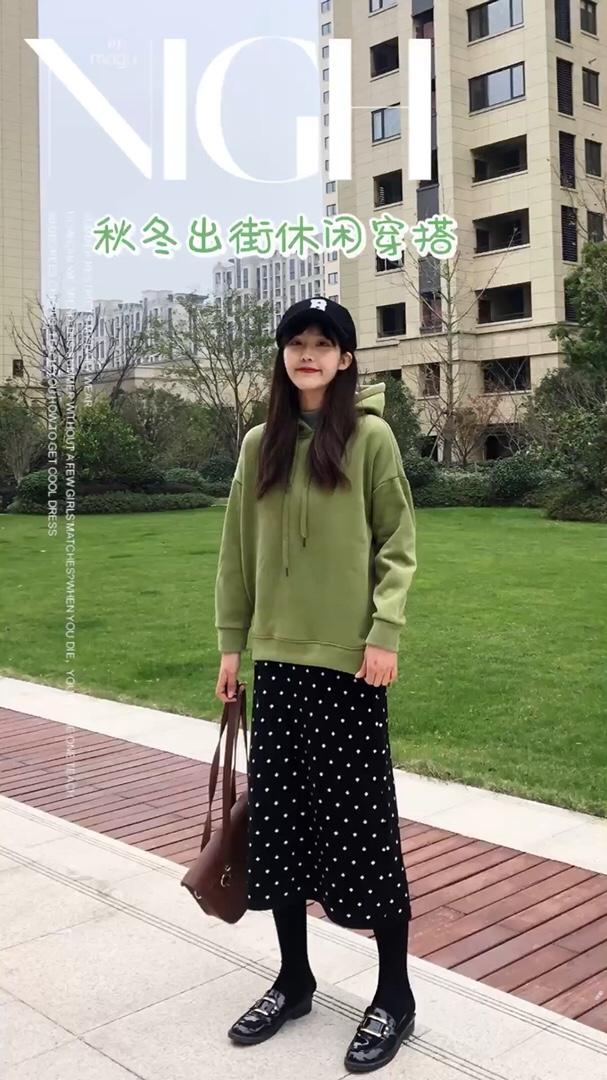 #12月第一件外套买这件!#  绿色的卫衣上身宽松又保暖 牛油果绿的颜色亮眼又好看啦 搭配上波点的半身裙很亮眼啦 针织的料子很舒服很保暖啦 穿着也很好看啦~