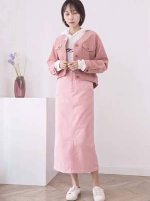 #南方姑娘未来三天的穿搭攻略# 秋冬主人公登场。灯芯绒材质, 有着每年一到这个时节,就自动变身流量单品的魅力。今年格外喜欢可可爱爱、清纯的装扮。 因此对于这种嫩嫩色系的灯芯绒很是种草。日本的灯芯绒,作为定番材质,各家有各家的心得,这款是千金风甜牌出品。 所以就算是休闲款式,也依旧有着优雅的一面。 小V领设计,不疾不徐的拉长颈部线条。 前身精致的纽扣点缀闭合,将时髦复古的风格贯穿到了衣身的每个细节。 衣身版型长度正好,不会压身高。微微落肩的长袖,袖口可调节纽扣收束。 后背做的蛮有特点,是弧面拼插的设计,配合细腻顺滑的绒毛,绵柔的触感,圆圆的很惹人怜爱的轮廓,会有让人想要产生出要好好呵护的想法。 两个颜色。浅树莓:甜美的颜色,显得人娇小可爱,轻松打造少女感,我觉得和我们的云朵棉白卫衣配在一起,又A又甜。卡其黄:干净治愈,非常奶油系的调和色, 和格纹搭配在一起很谐。