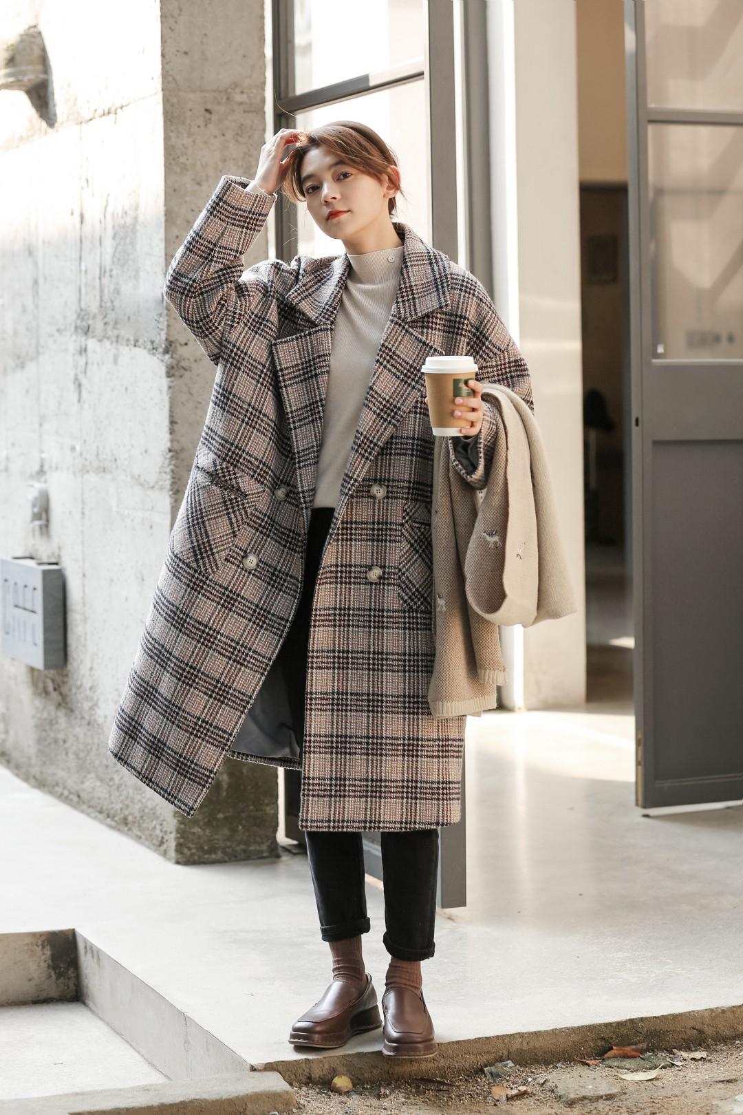 #12月第一件外套买这件!#充满着复古韵味的格纹大衣,宽松H版型自在不受束缚💫,门襟双排扣设计造型感丰富💕,金典大气的西装翻领洒脱利落😎,中长款敞开或者扣起穿都有气场✨