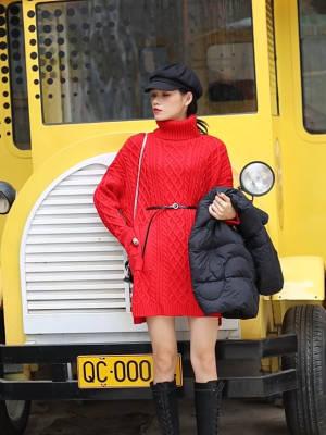 Jade今日穿搭分享~ 超级亮眼的一套穿搭LOOK 大红色长款高领毛衣搭配一双绑带长靴 可以拉长身材比例 非常显瘦显高 外面再搭一件黑色羽绒服 超级暖和#备战双十二!这些外套必囤!#