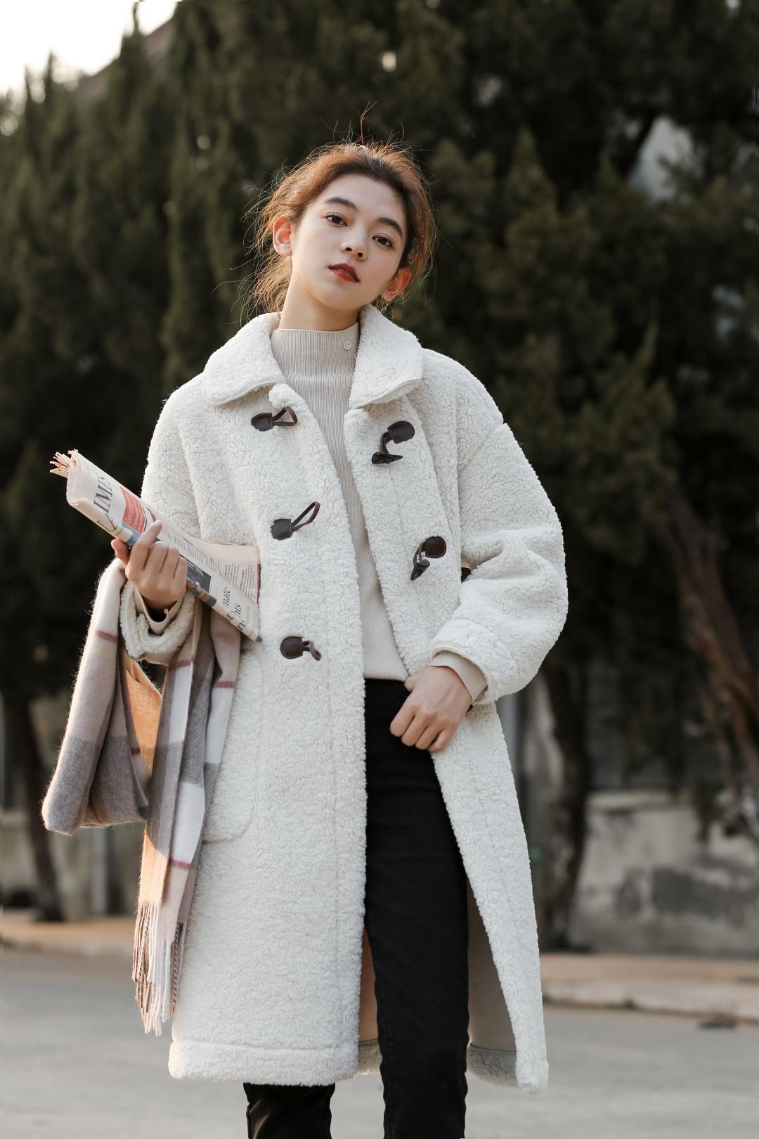 #备战双十二!这些外套必囤!#中长款羊羔毛外套就是秋冬的宝藏🤩,颗粒感满满的绒毛又软又舒服😘,学院风牛角扣门襟设计减龄俏皮感😋,中长款在臃肿的冬天保证风度和温度🔥