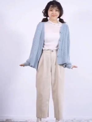素净雅致的一款开衫毛衣简单搭配上杏色灯芯绒裤子,完美安排上,小个子加个小靴子也是心机增高#双十二搭配心机好物分享#