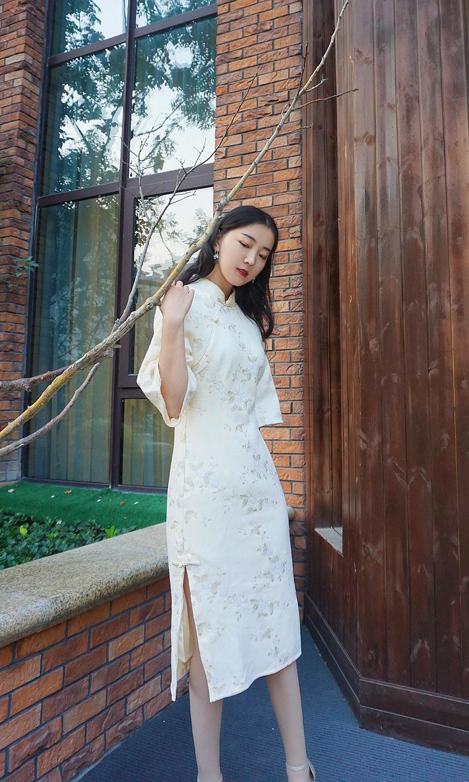 《旗袍情怀》老上海新式白色仙女刺绣中长款改良旗袍,花枝图案刺绣十分精致,领口和斜襟有镶边工艺,很适合搭配胸针等配饰,也更有实穿性~#OMG,你的购物车里一定要有这个#