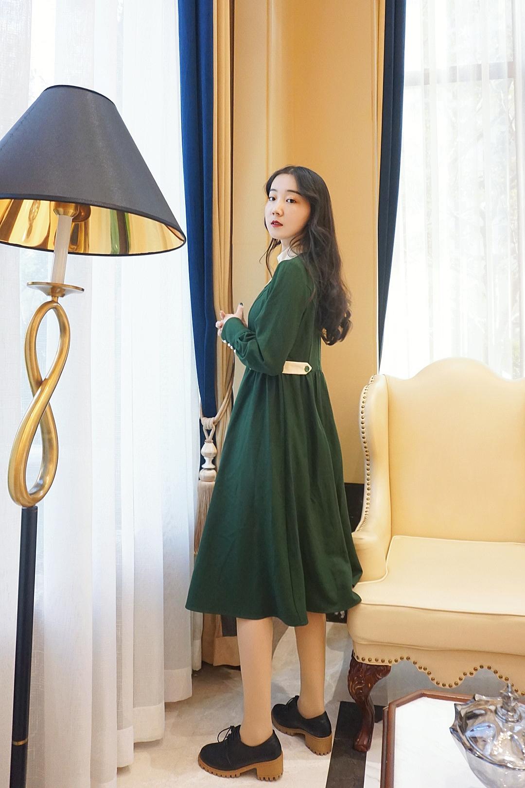 《绿野仙踪裙》一款撞色立领抽摺连衣裙,用绿意的温暖抵御撒野的墨绿和杏色搭配,立领设计没有高领的束缚感,搭配外套也很nice#双十二一衣多穿攻略#
