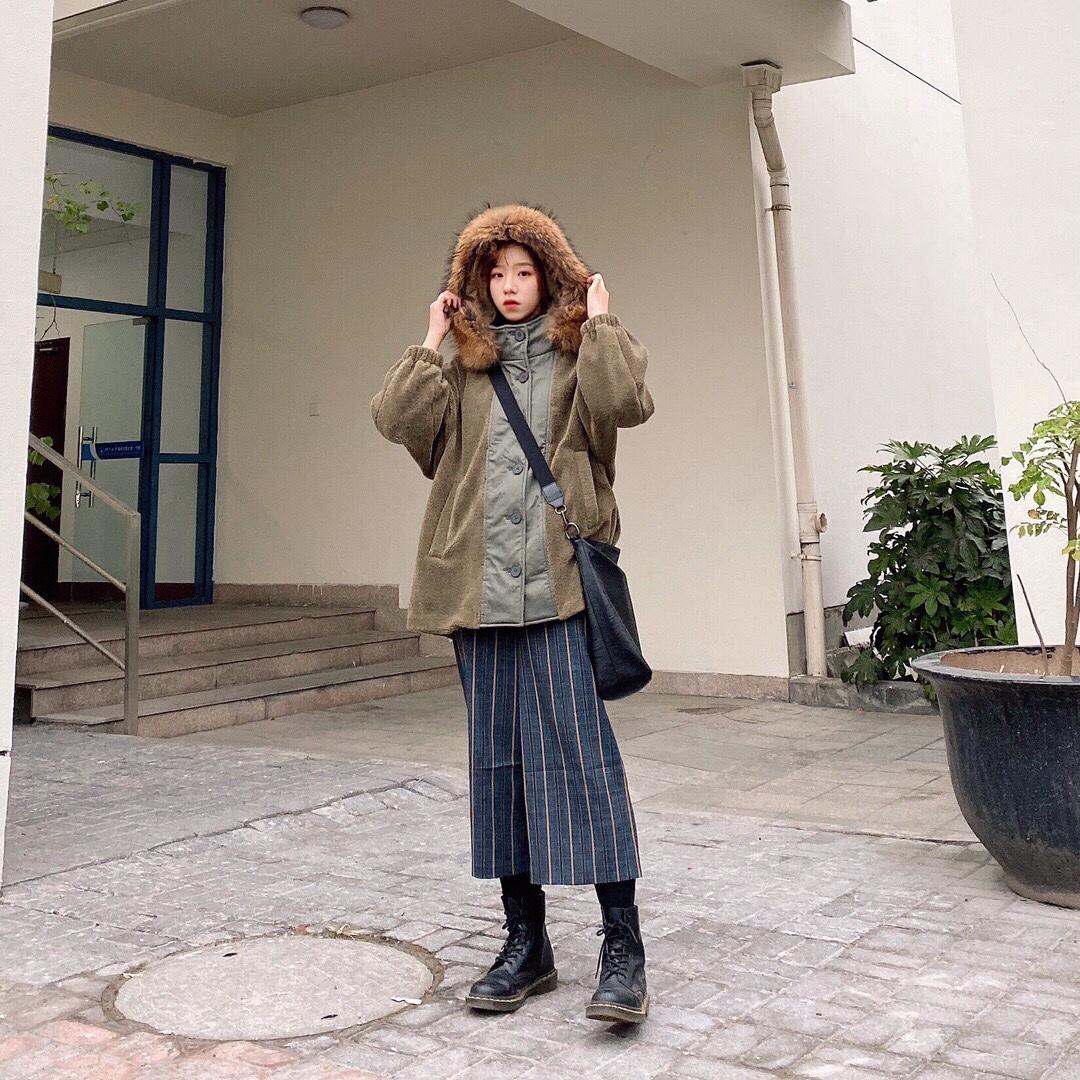 #我最推荐的一件穿搭单品# 最近的日常穿搭 这款外套绝对的是我最近这几期最爱太保暖啦!!!而且衣服拼接的非常的好看 衣服看起来完全不会单调 领子上的毛毛领是兔毛 所以非常的温暖 这件衣服都很厚实 抗冻没问题