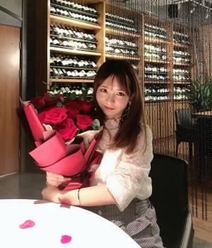 打卡南京的网红法餐厅芳芳,在金陵饭店下面🍴提前打电话给工作人员说一下会帮忙布置出炒鸡浪漫的玫瑰现场🌹蕾丝上衣+黑白格半裙甜美又精致,很适合约会啦hhh#今天穿什么#