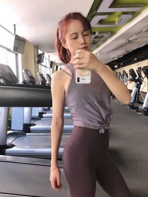 """#什么值得买# 强推lululemon的健身服,除了贵其他毫无缺点🧘♀️ 颜值🌟🌟🌟🌟🌟 舒适度🌟🌟🌟🌟🌟 特别是legging就像穿了一层皮肤一样的""""裸感"""",还很显身材~ 上衣其他品牌(阿迪、耐克)也有挺多好看的款,但是它家的legging恕我直言,无可替代!"""