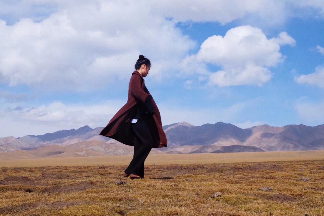 #今天穿什么#祁连山大草原很空旷 微风吹来 有一种返璞归真感觉,咖色大衣很抗风,出行必备单品