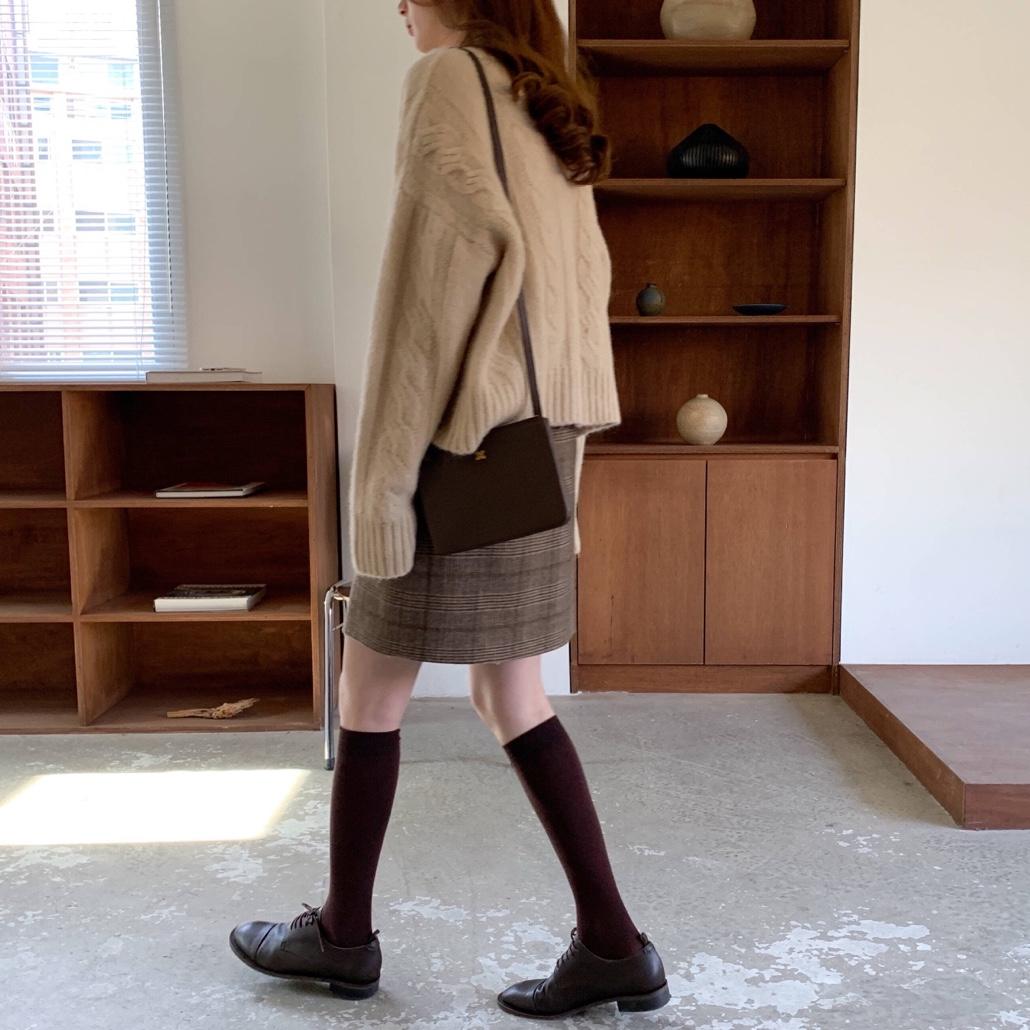 今天是学院风穿搭🥳 杭州今年的冬天来的好晚,这个季节也没有特别冷,今天抱着试试看的心态露了腿,发现也完全ojbk 小TIPS:同色系的衣服搭配起来更简单统一 #今天穿什么#