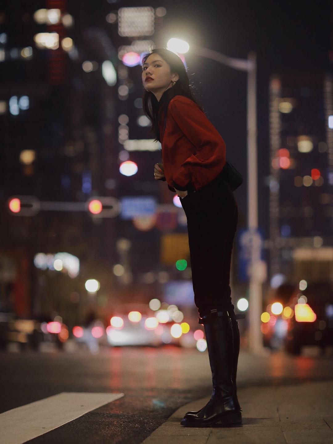 经典黑红组合🖤❤️深圳夜晚街头  衬衫和高领打底衫的叠穿look,长筒靴的加持瞬间拥有修长美腿~  ·红色衬衫:ZARA  ·高领衫:Ther.  ·牛仔裤:Cos  ·包包:BV  ·靴子:BELLE #今天穿什么#