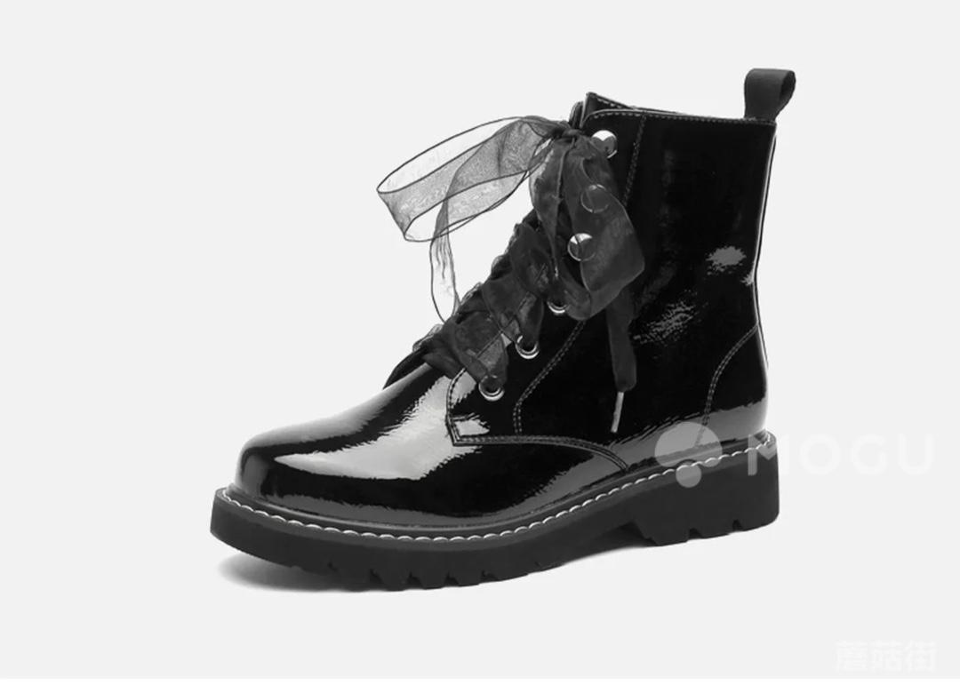 这款拉夏贝尔的漆皮靴子的鞋带还可以换成蕾丝款~酷女孩与甜酷女孩之间随意转换!真的是太喜欢了#什么值得买#