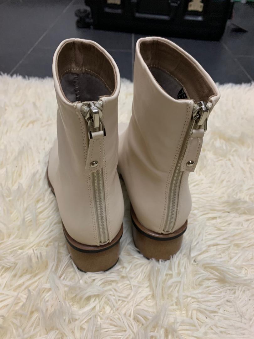 首先协和的包装就很好,然后这鞋子的皮质一看跟品质的不一样,唯一遗憾的是没有黑色了。