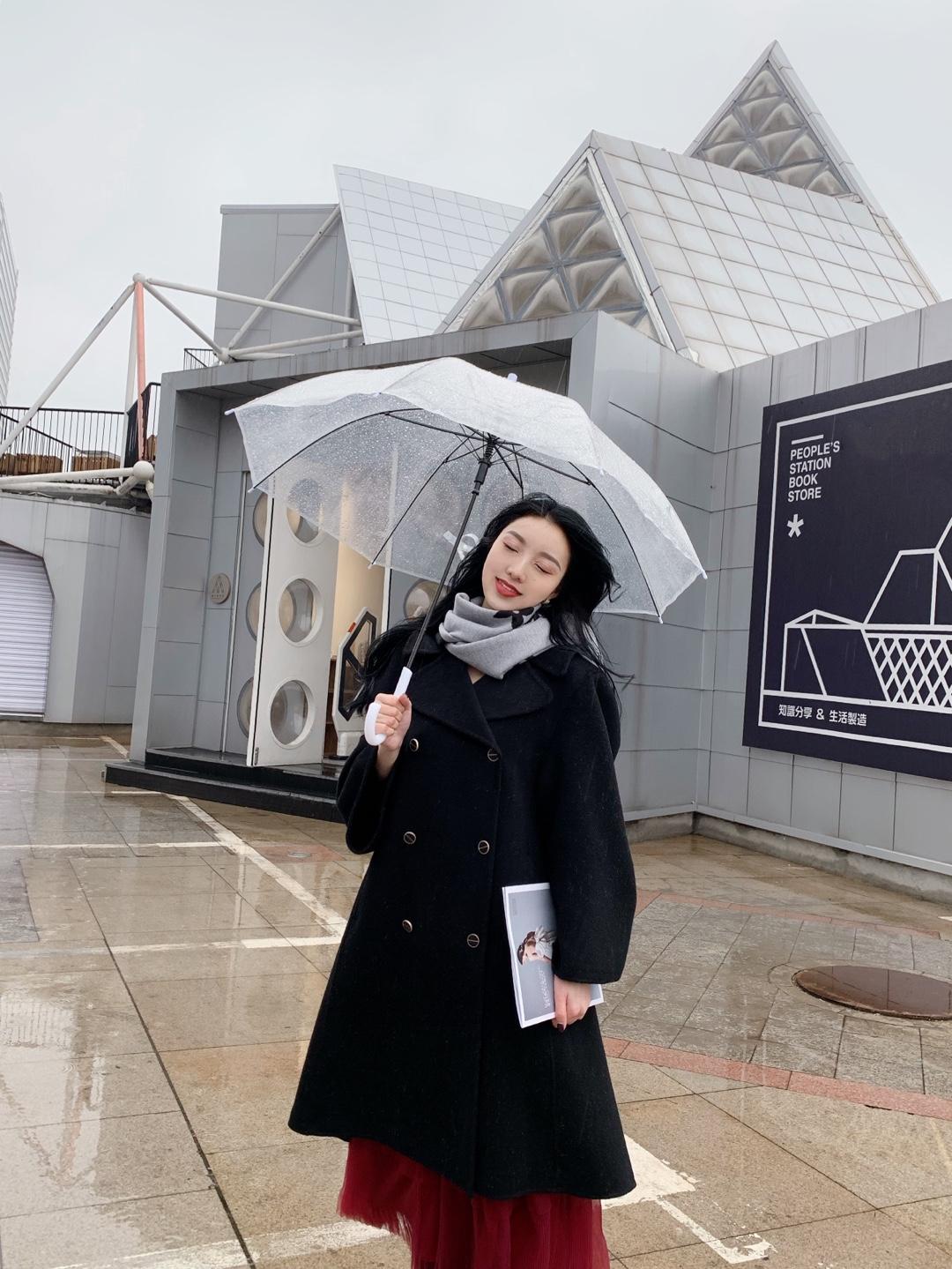 下雨天也好好拍 黑色大衣搭配红色灯笼纱裙超级适合过年呀#2020入手的第一件新衣#@蘑菇look君