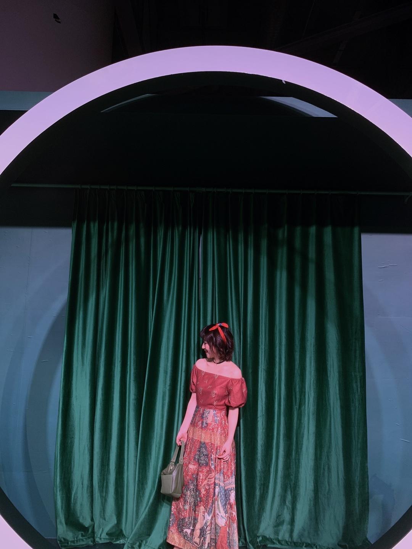 #别人家的年会#cinderella的dress code,真的是转身之前的灰姑娘啦! 最爱的拍照背景,和裙子好搭呀~