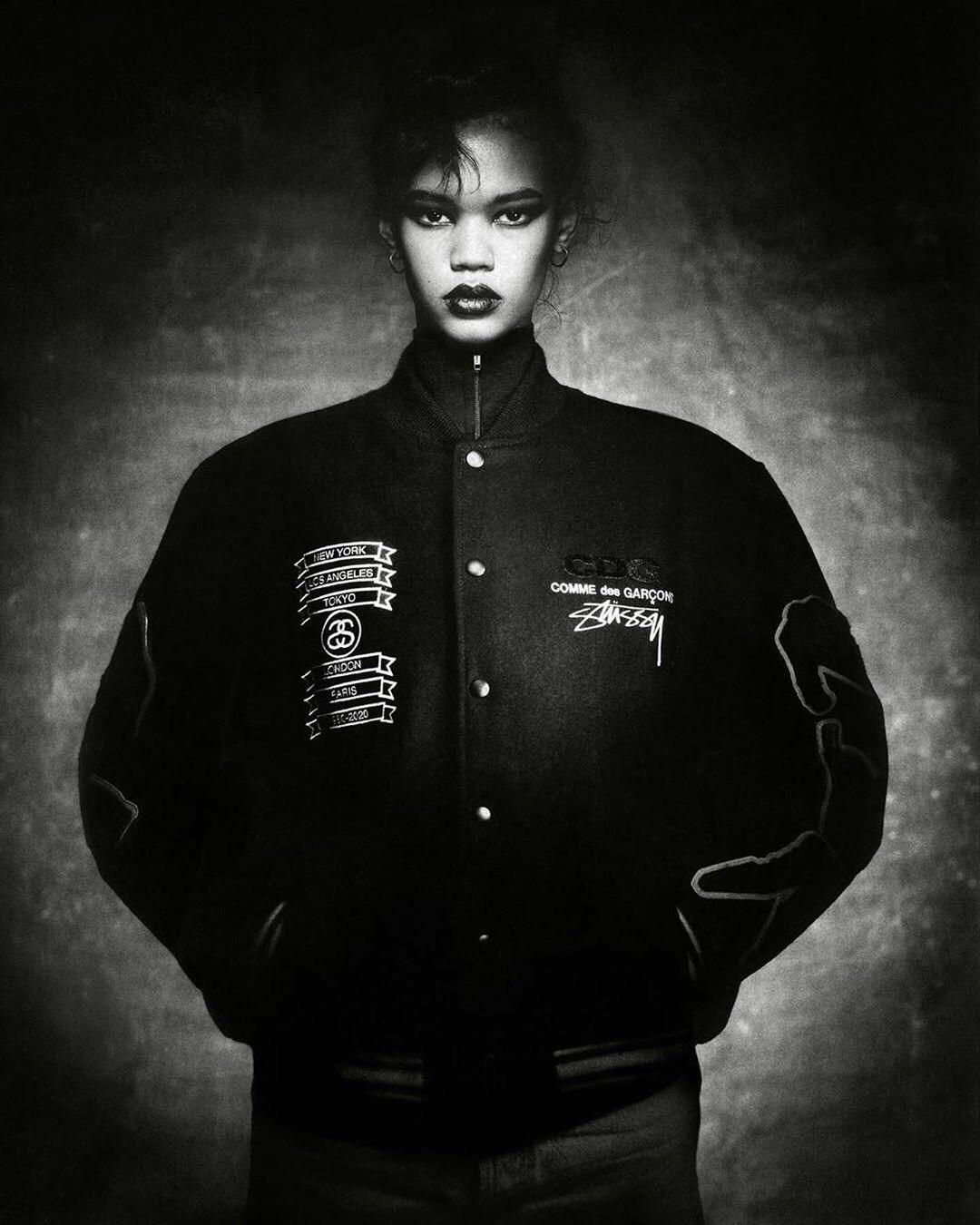 为庆祝 Stussy 成立 40 周年,Stussy 携手 COMME des GARÇONS 推出限量版学院夹克,黑色主调下,以羊毛材质打造,融入雪尼尔面料的图案,而品牌 Logo 则高调的置于夹克前后。该联名夹克将于🗓1/15 发售。🤩🤩#好物推荐#
