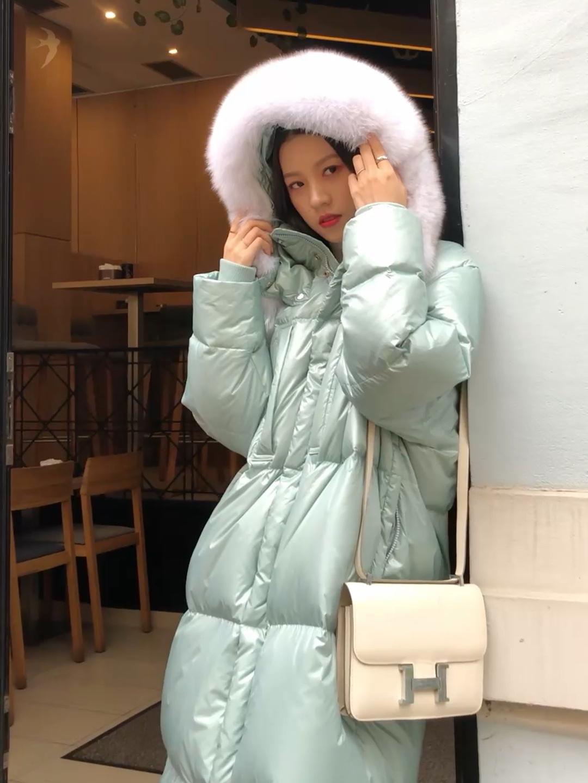 #衣橱大公开# 薄荷绿的羽绒服~ 在冬天会显得不那么厚重 搭配上白色的毛绒的帽子 搭配了一个白色的H的单肩包 下半身搭配的是白色的针织裤
