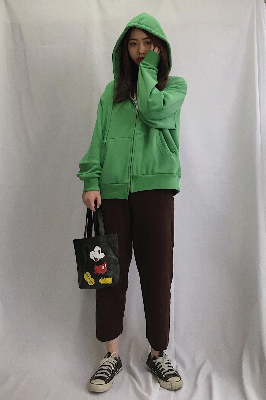 这个绿色好🉑整个一套俏皮得很 穿搭的初衷不就是简单 舒服 好穿吗  #100件外套合集#