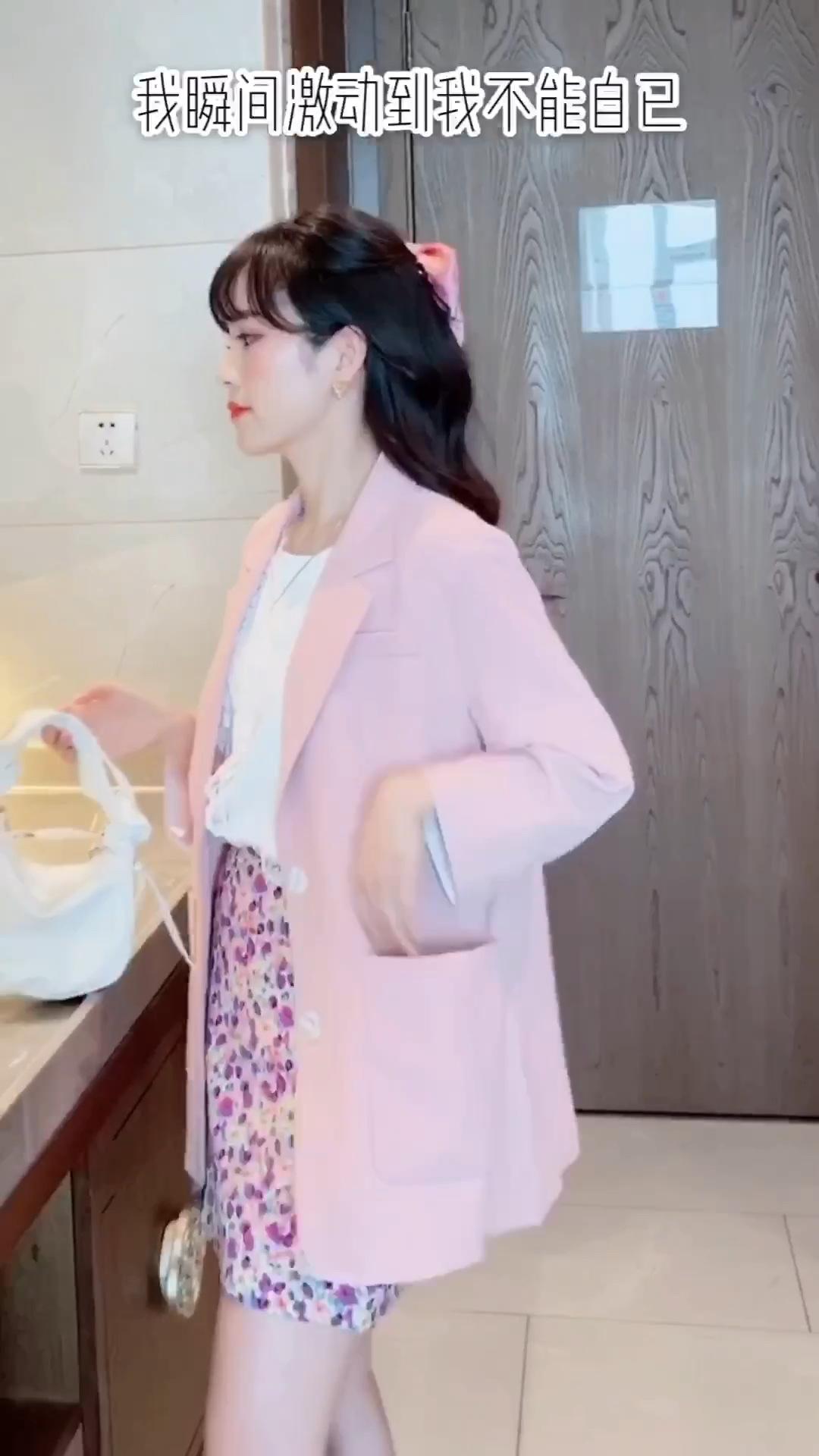 春夏款薄款粉色小西装 颜色好看到炸裂,搭配碎花半身裙 春天把彩色穿在身上吖 穿上就是仙女🧚♀️本仙 #我的踏青穿搭#
