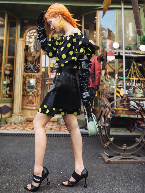 """【七天穿搭不重样5️⃣】你有波点裙,可不一定会穿?  膨胀的波点一不小心会造成""""密恐症"""",所以我给它叠加了一条黑色半身裙,戴上皮手套,把滤镜调暖,就能营造出""""复古女郎""""的画报即视感。  滤镜:picsart 奶油1 拍摄地点:创享塔  手袋:Akiika 高跟鞋:Lost in echo 连衣裙:Guess 半身裙:Ray Chu 耳环:Moschino #春日色彩感穿搭#"""